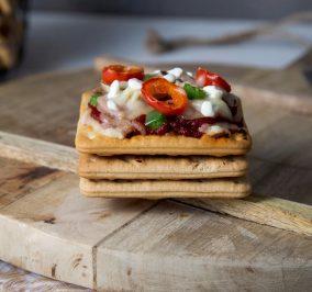 Recipe for Νόστιμα πιτσάκια με Cream Crackers γαλοπούλα, τυρί, πιπεριές και βασιλικό