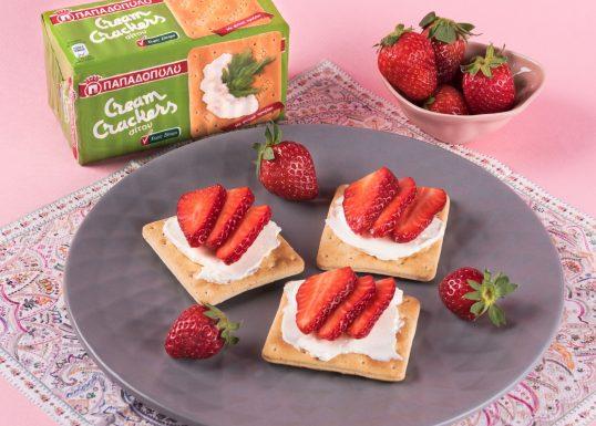 image for Εύκολο και ελαφρύ βραδινό με Cream Crackers Χωρίς Ζάχαρη και φράουλες