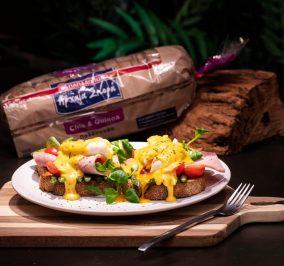 Recipe for Αυγά ποσέ, καπνιστό χοιρινό πάνω σε Αρχαία Σπορά με Chia & Quinoa