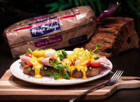 Featured image for Αυγά ποσέ, καπνιστό χοιρινό πάνω σε Αρχαία Σπορά με Chia & Quinoa