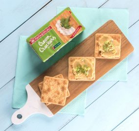 image for Γρήγορο γεύμα με Cream Crackers Χωρίς Ζάχαρη, φάβα και φρέσκο κρεμμύδι