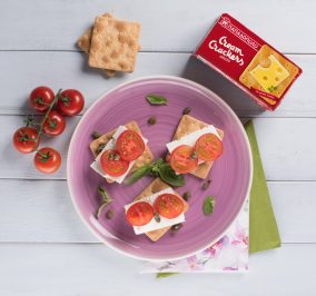 image for Ελαφρύ και γρήγορο μεσημεριανό με Cream Crackers, φέτα, κάπαρη και ντομάτα