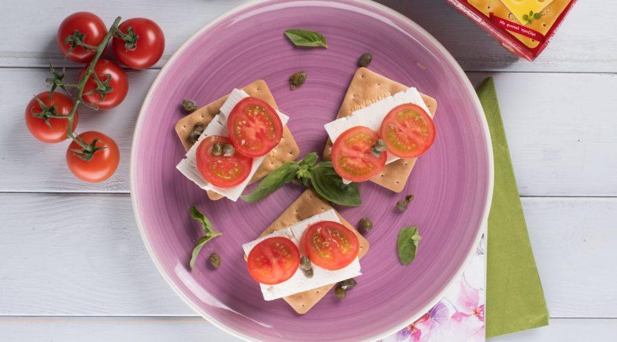 Top slider image for Ελαφρύ και γρήγορο μεσημεριανό με Cream Crackers, φέτα, κάπαρη και ντομάτα