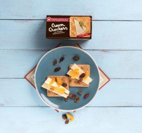 image for Εύκολο και ελαφρύ γεύμα με Cream Crackers , γραβιέρα και αποξηραμένα βερίκοκα