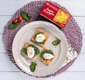 image for Εύκολο γεύμα με Cream Crackers, κατίκι, σπανάκι και κουκουνάρι