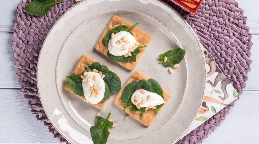 Top slider image for Εύκολο γεύμα με Cream Crackers, κατίκι, σπανάκι και κουκουνάρι