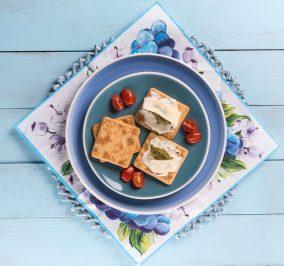 image for Γρήγορο γεύμα με Cream Crackers, τυρί κρέμα, πέστο και παρμεζάνα