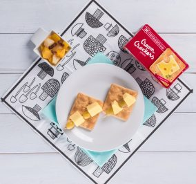 image for Ελαφρύ βραδινό με Cream Crackers, κίτρινο τυρί και σταφύλι