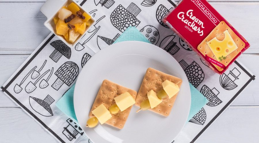 Top slider image for Ελαφρύ βραδινό με Cream Crackers, κίτρινο τυρί και σταφύλι