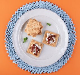 image for Cream Crackers με  ανθότυρο, λιαστή ντομάτα και ρίγανη