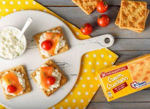 Featured image for Cream Crackers με β-γλυκάνη, τυρί τύπου cottage, σολομό & ντοματίνια