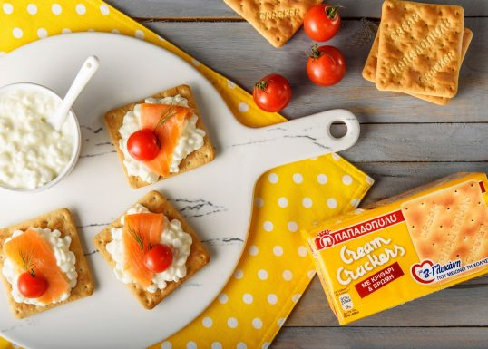 image for Cream Crackers με β-γλυκάνη, τυρί τύπου cottage, σολομό & ντοματίνια