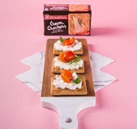 image for Δροσερός συνδυασμός Cream Crackers με Σίκαλη Ολικής, τυρί κρέμα και ντοματίνια