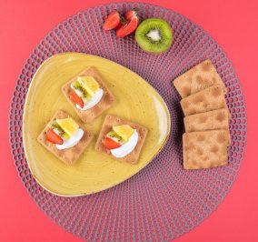 image for Cream Crackers Παπαδοπούλου με γιαούρτι, ανανά, φράουλα και ακτινίδιο