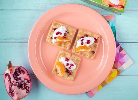 Featured image for Πρωινό με Cream Crackers Χωρίς Ζάχαρη με μανταρίνι, ρόδι και γιαούρτι