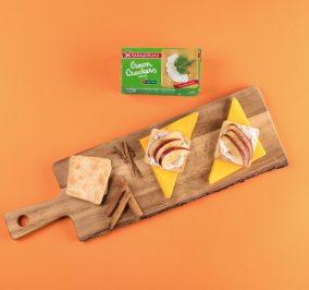 image for Εύκολο πρωινό με Cream Crackers, γιαούρτι, μήλο και κανέλα