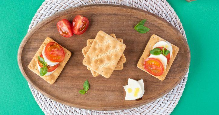 image for Cream Crackers Παπαδοπούλου με μοτσαρέλα, ντομάτα και βασιλικό