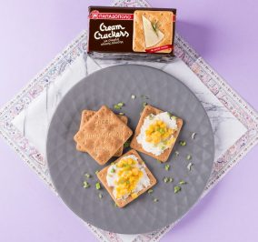 image for Cream Crackers με Σίκαλη Ολικής, κρέμα τυριού, καλαμπόκι και φρέσκο κρεμμύδι
