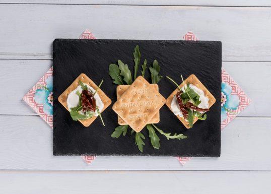 image for Γρήγορο γεύμα με Cream Crackers, κατίκι, ρόκα και λιαστή ντομάτα