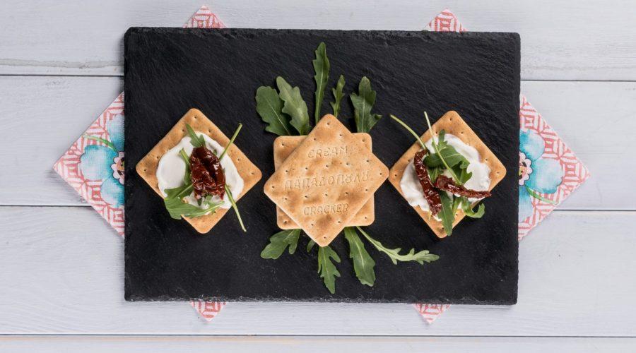 Top slider image for Γρήγορο γεύμα με Cream Crackers, κατίκι, ρόκα και λιαστή ντομάτα